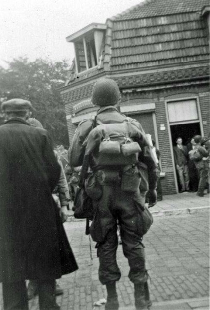 F Company on the move,september 18 1944,Kloosterdreef Eindhoven..jpg